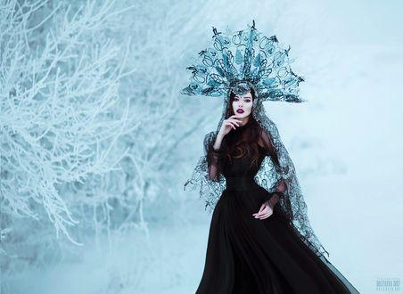 Фото Девушка в черном платье и головном уборе стоит на фоне зимней природы, ву Светлана Беляева