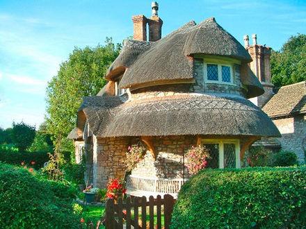Фото Красивый необычный дом необыкновенного дизайна среди зелени
