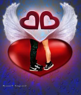 Фото На фоне сердца с крыльями ноги целующих парня и девушки