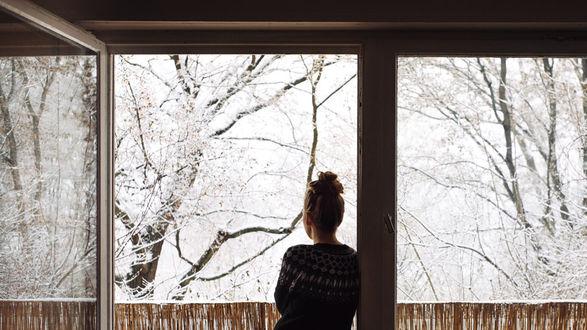 Фото Девушка стоит на балконе и смотрит на зимние деревья, фотограф Rona-Keller
