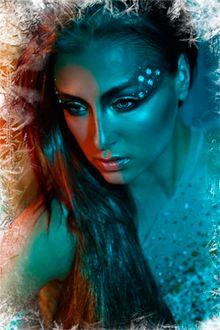 Фото Девушка с блестками вокруг глаз и обрамленная заснеженными кристаллами