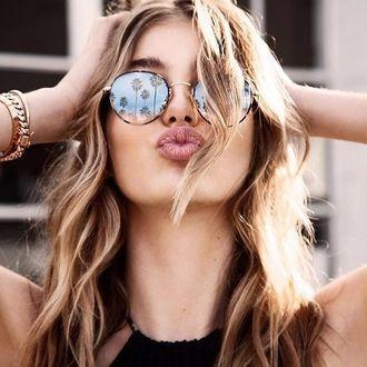 Фото Красивая девушка в очках, в которых отражаются пальмы