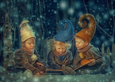 Фото Дети в шапках, как у гномов, читают книгу на фоне сказочного городка, снега, автор Сказочный фотограф Надежда Шибина
