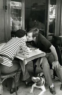 Фото Парень с девушкой целуются в кафе, а под столом за ними наблюдает собака, фотограф Анри Картье-Брессон