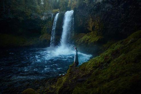 Фото Девушка стоит на фоне водопада, фотограф TJ Drysdale