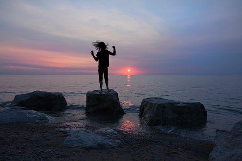 Фото Девушка стоит на камне на фоне моря, фотограф Janet Weldon