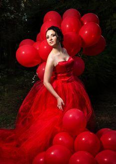 Фото Девушка в красном платье и красными воздушными шарами
