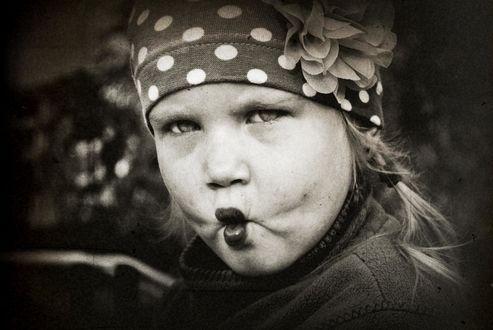 Фото Грозная девочка сдвинула бровкии и сделала губки уточкой
