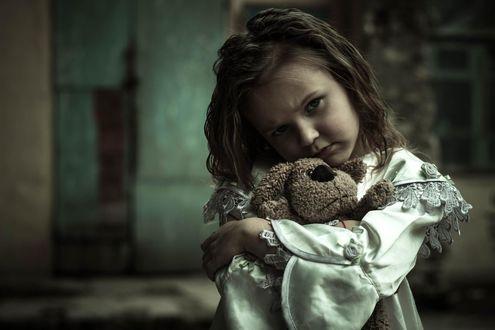 Фото Печальная девочка с игрушкой