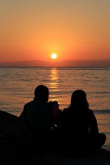 Фото Влюбленные любуются закатом