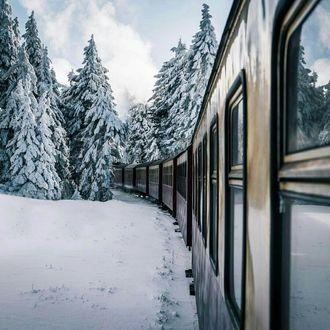 Фото Поезд, едущий по заснеженным просторам