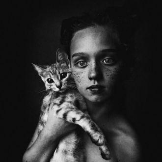 Фото Девушка с веснушками держит на руках кота