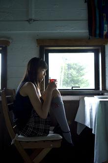 Фото Вада Аяка / Wada Ayaka сидит на стуле с чаем