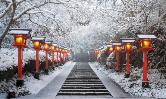 Фото Лестница, по бокам которой горят фонари, храм Kurama / Курами, Kyoto / Киото, Japan / Япония, by porbital