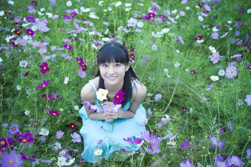 Фото Вада Аяка / Wada Ayaka сидит на корточках в голубом платье в поле цветов