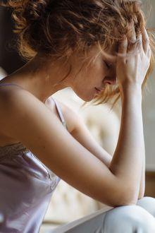 Фото Задумчивая девушка держит руки на голове, фотограф Ivan Warhammer