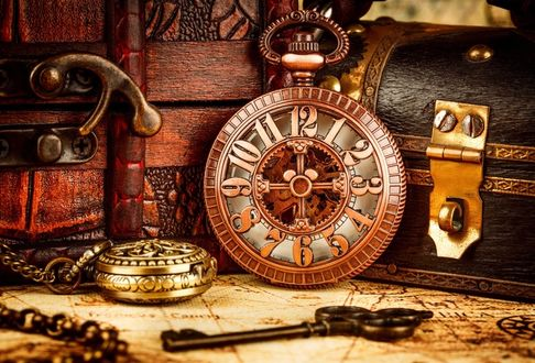 Фото Все, что нужно, чтобы отправиться искать клад: старинные часы, карманные часы, цепочка, ключ, старинная карта, шкатулка, сундучок