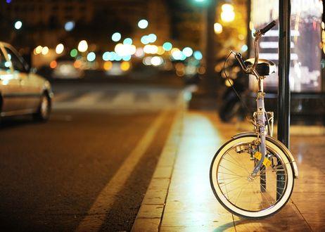 Фото Велосипед стоит на улице рядом с витриной