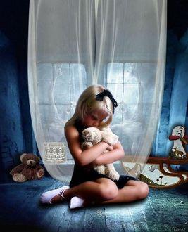 Фото Девочка с лентой в волосах завязанной в бант сидит на полу старого чердака на фоне окна с прозрачной занавеской в окружении игрушек склонив голову и прижав к себе мягкую игрушку зайца