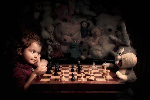 Фото Девочка играет в шахматы с игрушечным зайцем, и в качестве болельщиков игрушки, / by Bill Gekas /