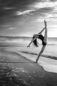 Фото Девушка в купальнике, в шпагате стоит на побережье, фотограф Alina Shevelina