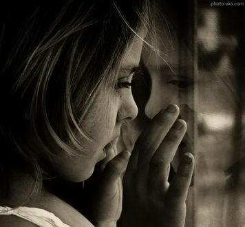 Фото Грустная девушка у окна ждет своего любимого