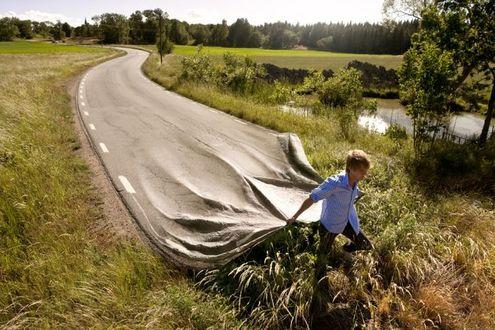 Фото Среди природы парень прокладывает дорогу с разметкой, фотограф Эрик Йоханссон