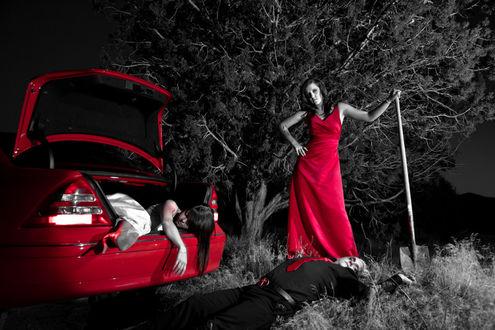 Фото Триллер, девушка ночью стоит с лопатой, рядом тело мужчины, а из багажника автомобиля свисает девушка