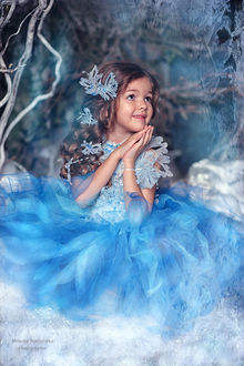 Фото Девочка в воздушном платье, снежинки на волосах, груди на фоне зимнего вида, by Natasha Rodionova