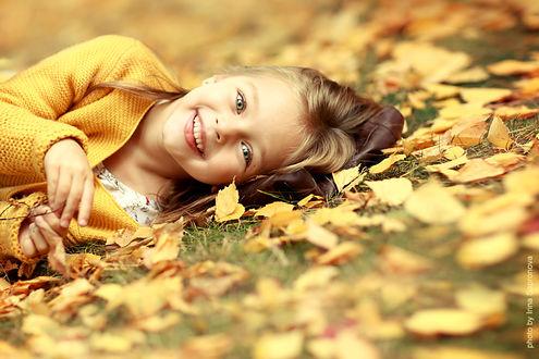 Фото Девочка лежит на осенней листве, фотограф Сапронова Ирина