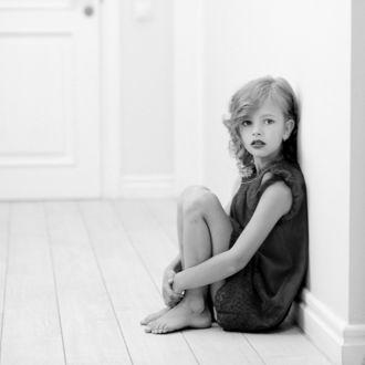 Фото Девочка сидит на полу у стены, фотограф Роман Крамской
