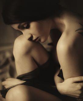 Фото Девушка красивая брюнетка грустная с закрытыми глазами с оголенным плечом с татуировкой на спине склонила голову, by Eli Zaturanski
