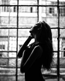Фото Девушка стоит у окна, фотограф Erik Rozman