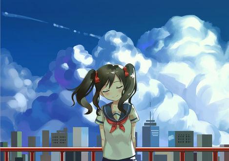 Фото Yazawa Nico / Ядзава Нико из аниме Живая любовь! / Love live на фоне небоскребов и неба