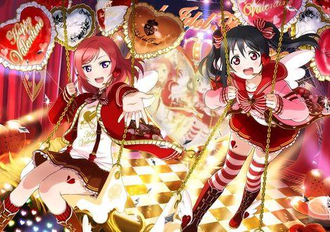 Фото Nishikino Maki / Нишикино Маки и Yazawa Niko / Ядзава Нико из аниме Love Live! / Живая любовь катаются на качелях, украшенных шариками с надписью Happy Valentine / С днем Святого Валентина