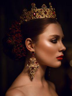 Фото Девушка в короне на голове и серьгах в ушах, фотограф Александр Буц