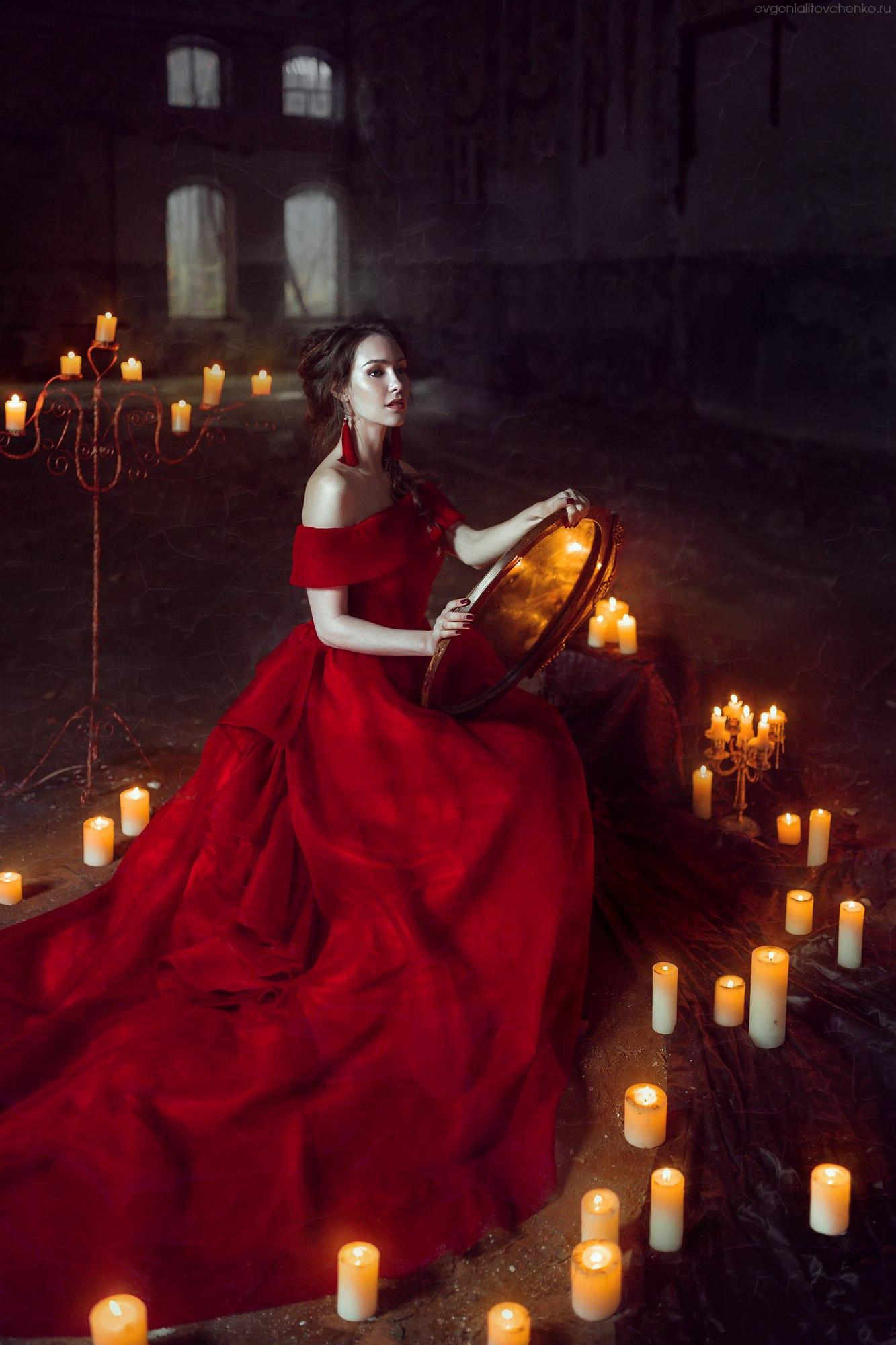 Селфи в зеркало девушка в платье