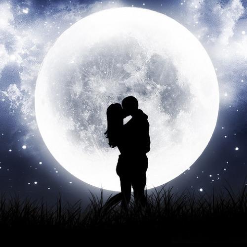 Фото Парень с девушкой целуются под луной на полянке