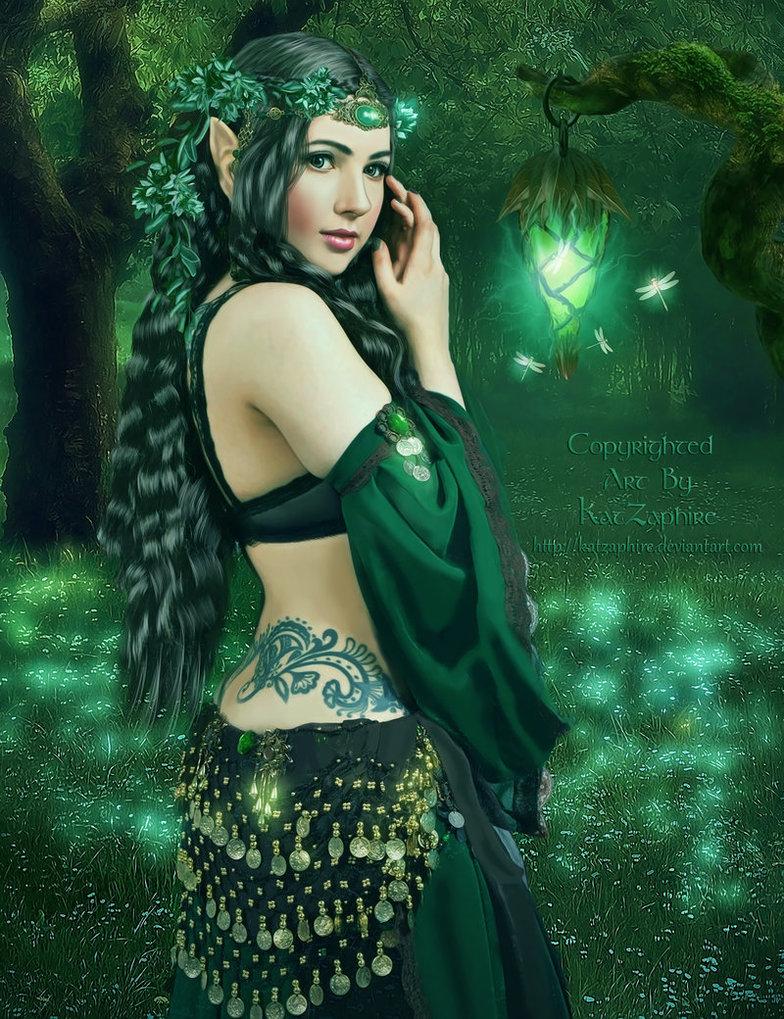 Фото Девушка-эльф с украшением на голове, с листьями и цветами, с тату на теле стоит у фонаря причудливой формы, вокруг которого летают светящиеся стрекозы, by katzaphire