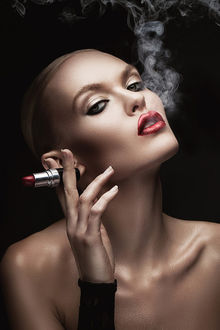 Фото Девушка с обнаженными плечами, с губной помадой в руке, выдыхает сигаретный дым, фотограф Александр Буц / Alex Buts