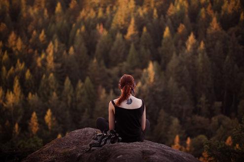 Фото Рыжеволосая девушка с татуировкой на спине, сидит на краю обрыва на фоне осеннего пейзажа, by Elizabeth Gadd
