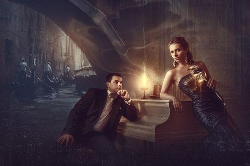 Фото Девушка в руке с маской облокотилась на рояль, рядом с ней мужчина влюбленно смотрит на нее, на панели фортепиано светит свеча, вдали гондольеры на фоне речного канала, в воздухе витают ноты любви, by Alex Nozdrin / Александр Ноздрин