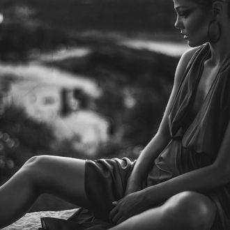 Фото Грустная девушка на размытом фоне