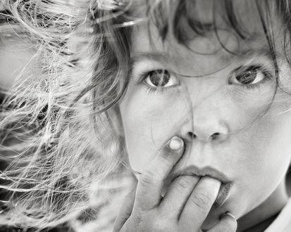 Фото Девочка держит пальцы во рту, by thejbird