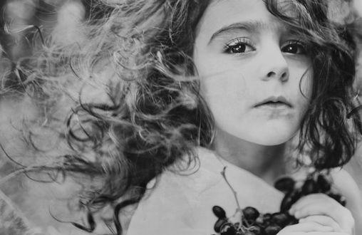 Девочка с цветком мальчик черно белое фото