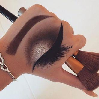 Фото На руке у визажиста нарисован макияж глаза и брови