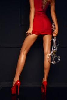 Фото Девушка в красном со скрипкой в руке стоит к нам спиной, by kozyafffka