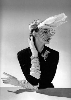 Фото Девушка в оригинальной шляпке с вуалью и перчатках