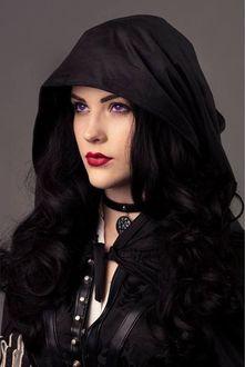 Фото Девушка ведьма с фиолетовыми глазами с чокером и медальоном на шее в накидке с капюшоном