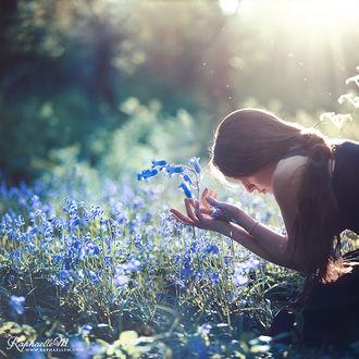 Фото Девушка наклонилась к цветам, by RaphaelleM